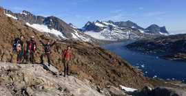 Humboldt Fellow Gautier Nicoli (3.v.l.) does his research at the Skaergaard Intrusion, Greenland …