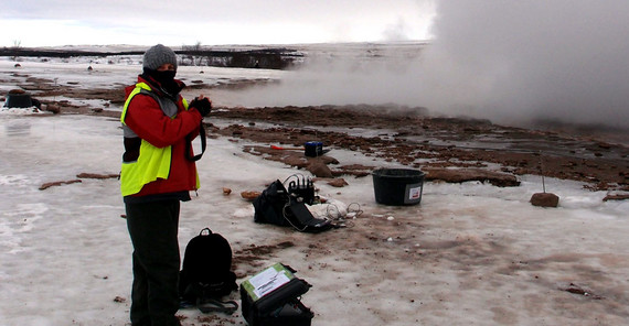 Eva Eibl documents the status of a station after recording overnight and before it is moved to a new location. The steam of the hot water in the pool is visible in the background. | Photo: Daniel Vollmer
