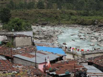 Kaseri – a settlement of squatters – located directly on the bank of the flood-prone Seti Khola river (Photo: Melanie Fischer)