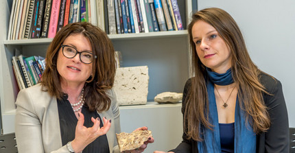 Prof. Maria Mutti and PhD student Wera Schmidt. Photo: Thomas Roese.