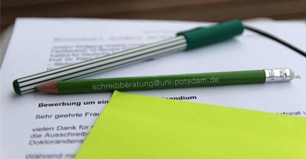 Application letter with pens; Foto: G. Strecker