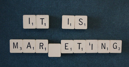 "Scrabble Steine bilden den Satz ""It is Marketing"""